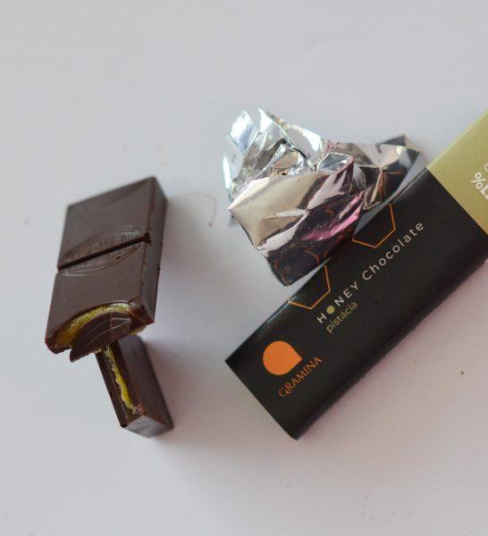 Čokoládova tyčinka s medovo pistáciovou plnkou